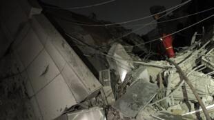 Uma das salas do complexo residencial de Kadafi atingida pelo bombardeio da OTAN nesta segunda-feira.