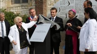 A irmã do padre Jacques Hamel, rodeada de personalidades incluindo o presidente francês e o arcebispo de Rouen, inaugura a 26 de Julho de 2017 monumento em homenagem ao clérigo assassinado em Saint Etienne du Rouvray em 2016.