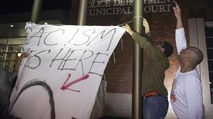 Habitantes de Ferguson realizaram um protesto para denunciar as discriminações da polícia local contra os negros nesta quarta-feira (11).