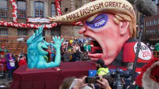 Hình nộm chế nhạo Trump tại hội giả trang Rosenmontag ở Düsseldorf, thành phố miền tây nước Đức, tháng 2/2016.
