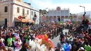 Carnaval do Mindelo, S. Vicente, um dos melhores de África, imagem da famosa Rua de Lisboa, tendo ao fundo o seu Palácio