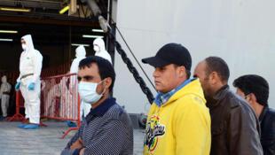 Un groupe de plus de 180 migrants après leur sauvetage dans le cadre de la mission Mare Nostrum, le 24 octobre 2013.