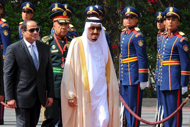 Shugaban Masar  Abdel Fattah al-Sisi  ta hagu tare da Sarki Salman na Saudiyya a lokacin da Sarkin ya sauka a birnin Cairo.