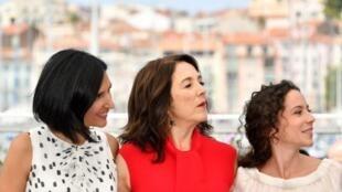 Au centre : l'actrice chilienne, Paulina Garcia, le personnage principal du film «La fiancée du désert» par les réalisatrices argentine Valeria Pivato(G) et Cecilia Atan (D). Photo: au 70e Festival de Cannes, le 26/05/17.
