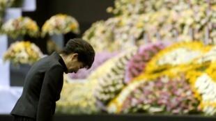 Tổng thống Hàn Quốc Park Geun Hye tại lễ tưởng niệm các nạn nhân vụ đắm tàu Sewol, ở Ansan, 29/04/2014