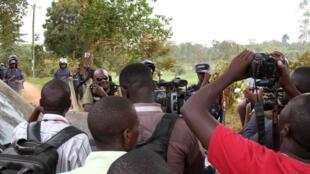 En Ouganda, des journalistes font face à la police au domicile de Kizza Besigye, opposant historique de Yoweri Museveni, deux jours après l'élection présidentielle, à Kisangati, le 20 février 2016.