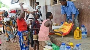 Distribuição de ajuda alimentar em Sunate, localidade do norte de Moçambique, na sequência da passagem do ciclone Kenneth.