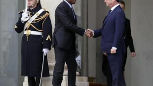 Le président français a accueilli ses hôtes un par un sur le perron de l'Elysée dimanche : sur la photo le président du Togo Faure Gnassingbé.