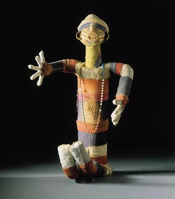 """""""Muzidi"""", statue-reliquaire masculine en tissu, composée de coton, de fibres végétales et d'éléments du corps du défunt (Congo)"""