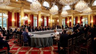 Dans la salle de conférence internationale sur la Libye, avec les dirigeants libyens, les chefs d'Etat partageant les frontières avec le pays, le représentant européen et le président français Emmanuel Macron à l'Elysée. Paris, le 29 mai 2018.
