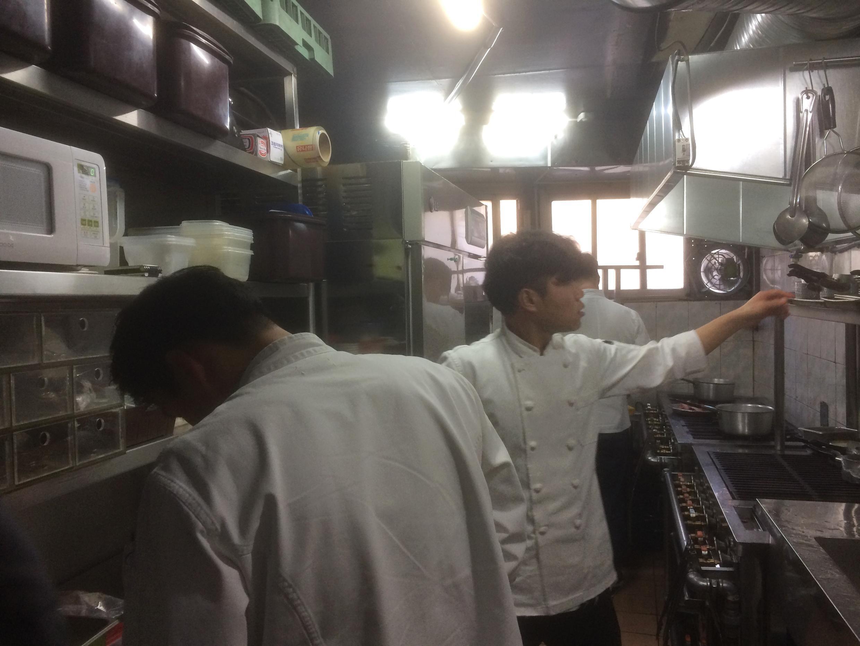 Dans les cuisines du restaurant français «A Table», situé dans le vieux quartier traditionnel de Séoul.