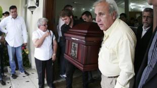 Venezuela: el cónsul chileno en Maracaibo, Fernando Berendique, junto al féretro de su hija Karen de 19 años,  fallecida al recibir tres disparos cuando viajaba en una camioneta, el sábado 17 de marzo de 2012.