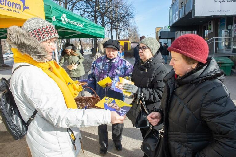 Une membre du Parti de la réforme distribue des tracts, le 2 mars 2019, à Tallinn.
