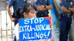 Biểu tình trước bộ Tư pháp Philippines ngày 04/08/2016 phản đối nạn giết người bừa bãi.