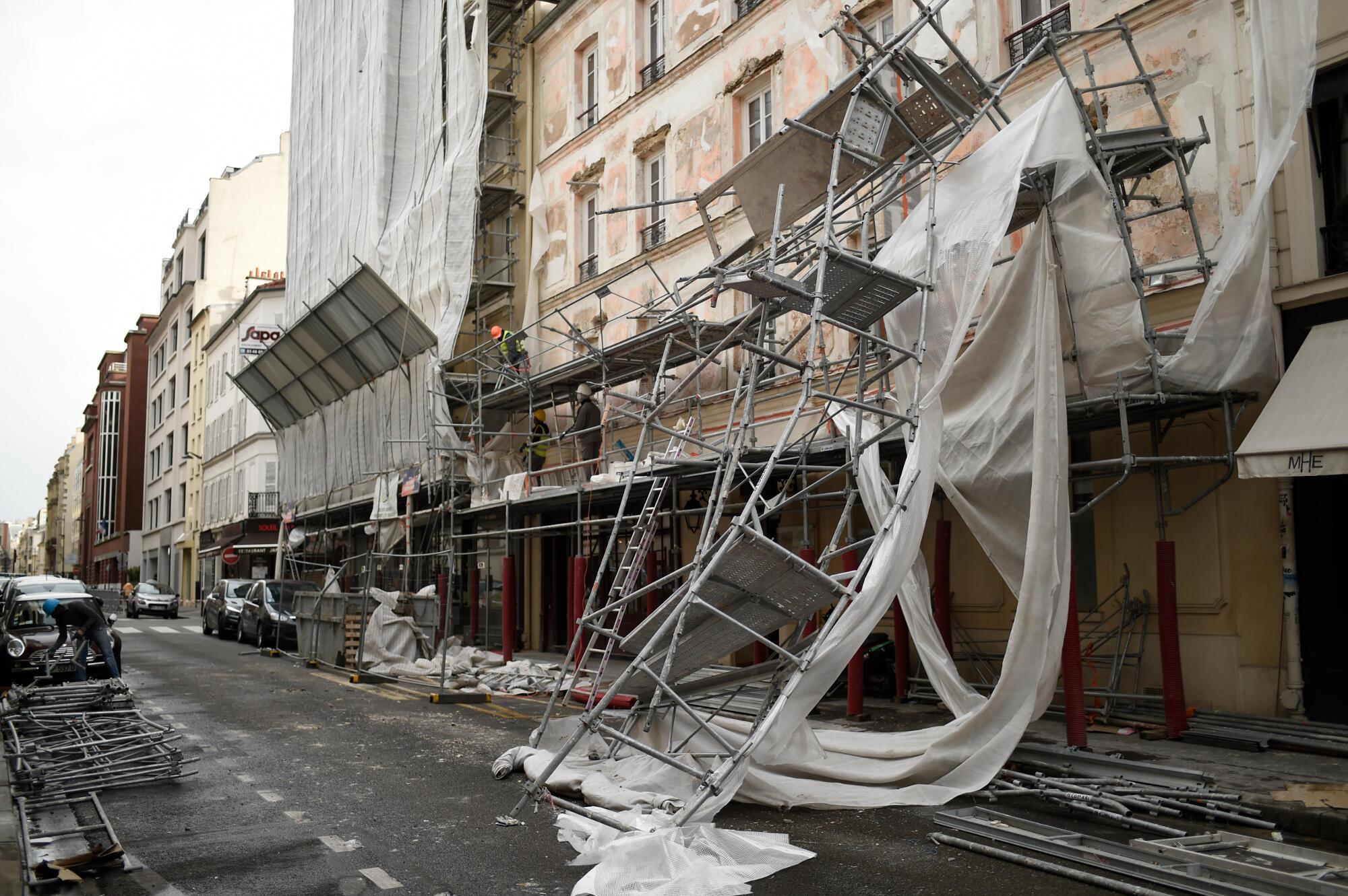 Os fortes ventos em Paris derrubaram um andaime no 17° distrito da capital francesa nessa quarta-feira (3).