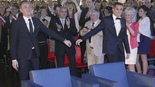 Os noivos Vincent Austin (e) e Bruno Boileau, durante o primeiro casamento gay realizado na França, nesta quarta-feira (29).
