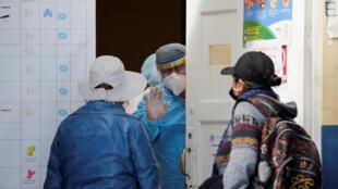 Nhân viên y tế giải thích bệnh viện đóng cửa vì quá tải, ngày 16/06/2020 tại La Paz, Bolivia.