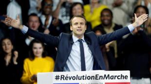 Sin haber pasado nunca por las urnas, el socialista-liberal Emmanuel Macron apuesta a dar la sorpresa con su movimiento ¡En Marcha!. Aquí en un mitin el 10/12/16 en París.