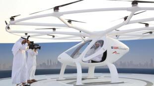 O príncipe de Dubai, Hamdan bin Mohammed bin Rashid Al Maktoum, dentro de um protótipo do táxi voador, em 25 de setembro de 2017.