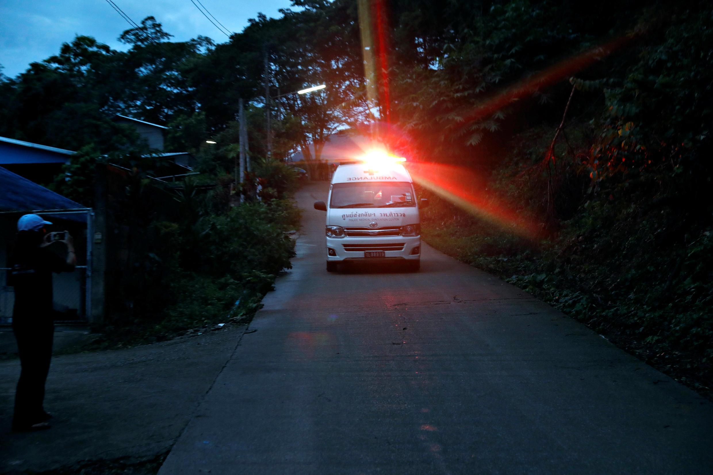 Des journalistes de l'AFP présents sur le site du sauvetage des enfants thaïlandais ont vu des ambulances quitter les lieux en direction d'un héliport.