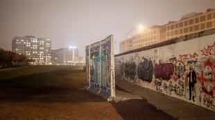 И хотя произведения, находящиеся в East Side Gallery, нанесены не на саму Берлинскую стену, а на ее копию, в некоторых местах еще сохранились фрагменты оригинального ограждения