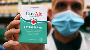 Un técnico farmacéutico muestra un suplemento alimenticio lactoferrina, el 30 de octubre de 2020 en Roma