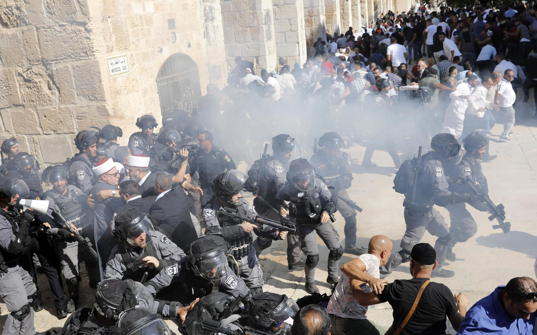 Esplanada das Mesquitas, em Jerusalém, ganhou ares de campo de batalha nesse domingo, dia da Festa do Sacrifício dos muçulmanos e da Tisha b'Av dos judeus.