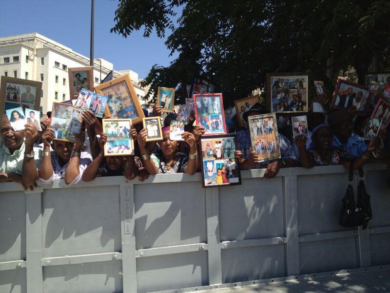 Des Falashas attendent l'arrivée des derniers Falashas d'Ethiopie, le 28 août 2013.