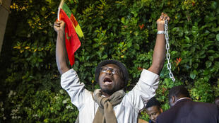 Des manifestants originaires d'Afrique subsaharienne protestent contre l'esclavage en Libye devant l'ambassade libyenne de Rabat, au Maroc, le 23 novembre 2017.