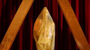 Une statuette des Oscars, encore sous plastique, attend d'être remise lors de la 89è cérémonie des Oscars, à Los Angeles.
