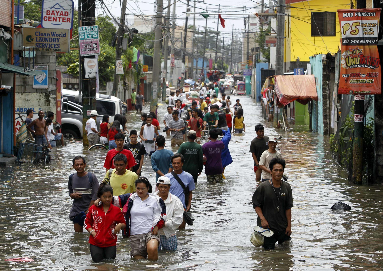 Cảnh đường phố ngập lụt tại Navotas, ở vùng Manila, ngày 01/08/2012.