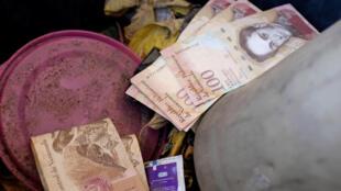 Tiền Venezuela mệnh giá 100 bolivar bị vứt bỏ tại một trạm bán xăng dầu ở Caracas. Ảnh chụp ngày 20/08/2018.