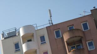 Antenas de 3 operadoras francesas sobre o teto de um imóvel em Paris.