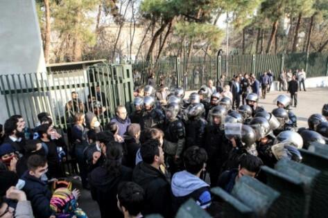 Université de Téhéran, le 30 décembre 2017. Manifestation d'étudiants contre le gouvernement.