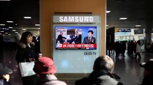 En Seúl, surcoreanos se informan sobre el diálogo entre las dos Coreas e Panmunjom, el martes 9 de enero de 2018.