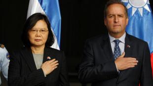 圖為台灣總統蔡英文抵達洪都拉斯與該國副總統阿爾瓦萊茲照片