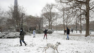 Снег в Париже выпадает не каждую зиму. В последний раз во французской столице сильный снегопад прошел в 2019 году