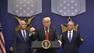Tổng thống Donald Trump phát biểu tại bộ Quốc Phòng nhân lễ nhậm chức của bộ trưởng James Mattis (P), ngày 27/01/2017.
