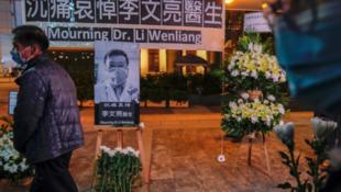 香港向李文亮醫生致哀 攝於 2020年2月7日  People wearing masks attend a vigil for late Li Wenliang, an ophthalmologist who died of coronavirus at a hospital in Wuhan, in Hong Kong, China February 7, 2020.