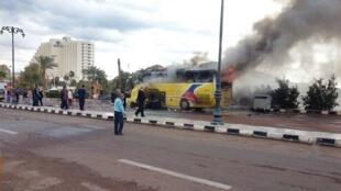 Explosão causou incêndio em veículo.
