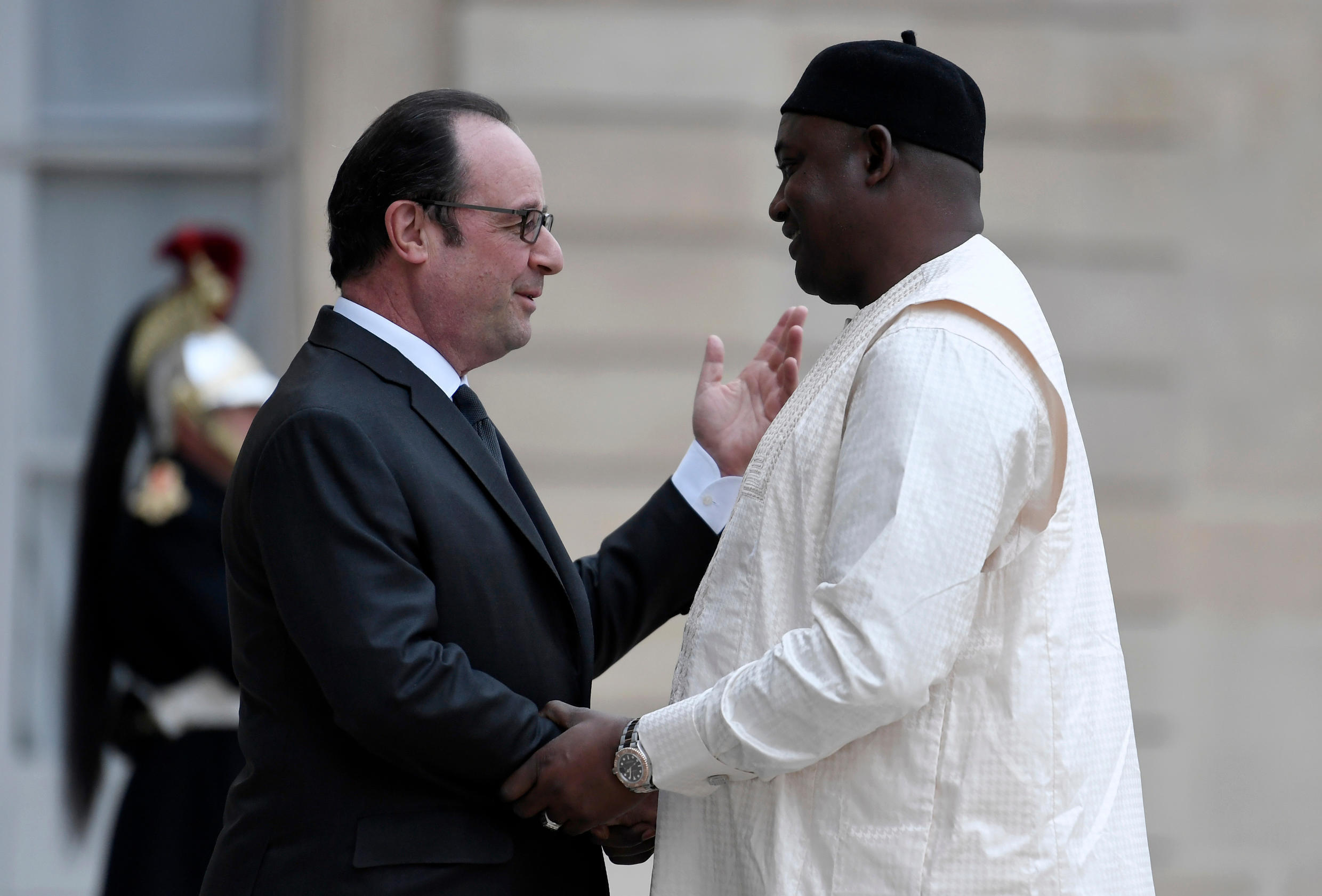 French President Francois Hollande (L) shakes hands with Gambian President Adama Barrow at the Élysée Palace on 15 March 2017.