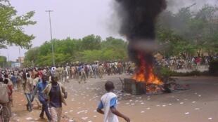Des étudiants manifestent dans les rues de Ouagadougou non loin du ministère de l'Education le 23 mai 2011.
