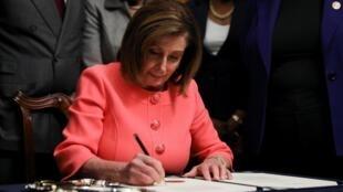 Chủ tịch Hạ Viện Mỹ, Nancy Pelosi, ký bản luận tội tổng thống Donald Trump, Capitol, Washington DC, ngày 15/01/2020