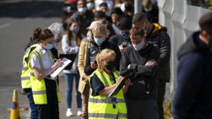 Foto de archivo del 18 de mayo de 2021, la gente hace cola para vacunarse contra el coronavirus en la academia ESSA en Bolton, Inglaterra.