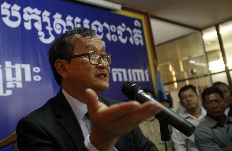 Sam Rainsy, chủ tịch đảng Cứu nguy Dân tộc  Campuchia trong buổi họp báo về tình hình bế tắc chính trị tại Phnom Penh, ngày 10/04/2014.
