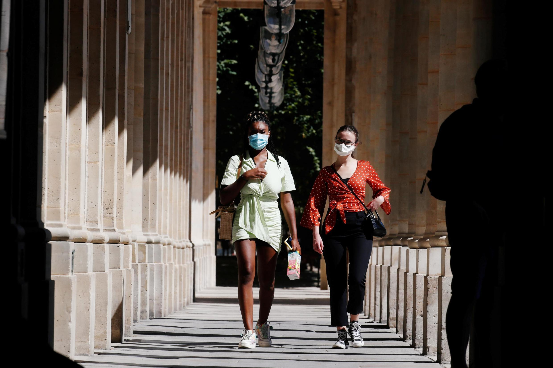 Des piétons portant des masques de protection dans le 2e arrondissement de Paris, le 6 août 2020.