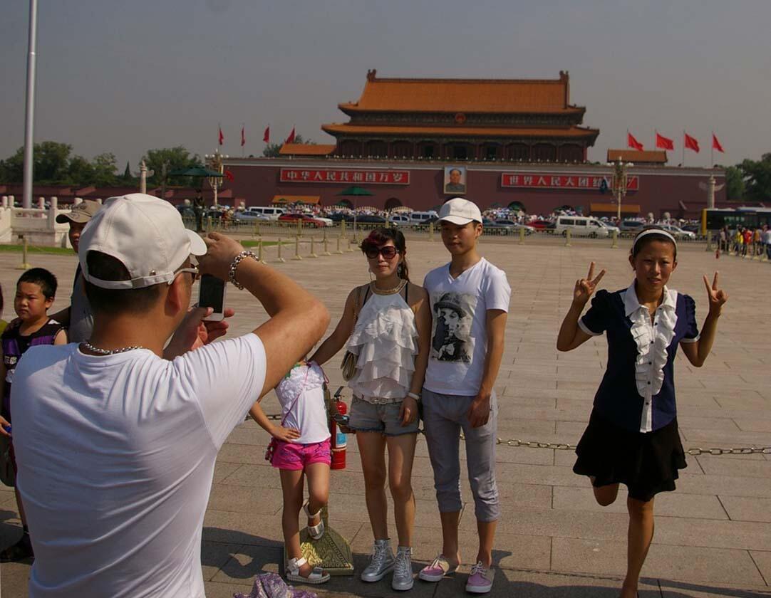 Du khách tham quan quảng trường Thiên An Môn dưới sự giám sát của vài ngàn camera.
