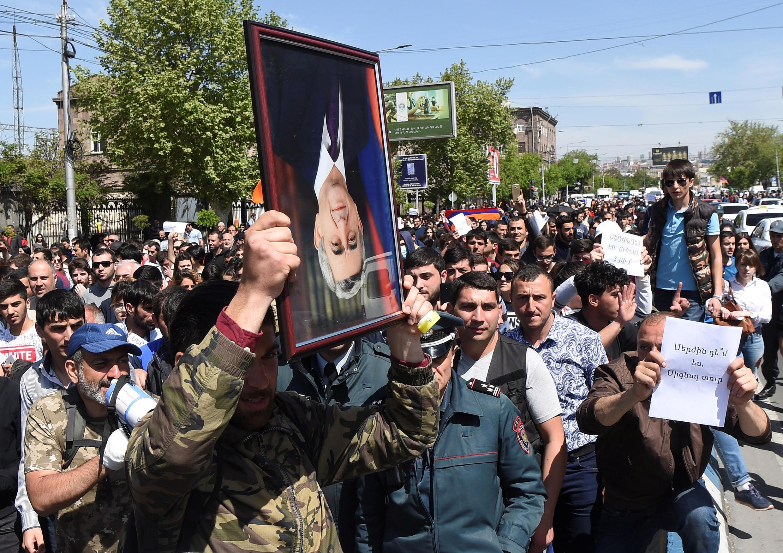 Манифестанты протестуют против назначения бывшего президента страны Сержа Саргсяна на пост премьер-министра, Ереван, 19 апреля 2018.