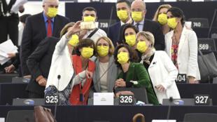 Avant la reprise des travaux parlementaires à Strasbourg, des eurodéputés se prennent en photo dans l'hémicycle, le 7 juin 2021.