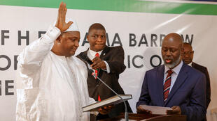 Gâmbia : O Presidente eleito, Adama Barrow, prestou juramento na Embaixada da Gâmbia em Dacar, capital senegalesa, a 19 de Janeiro 2017.
